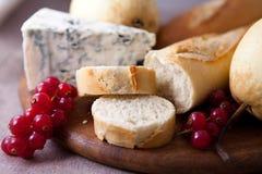 Baguette con formaggio blu e frutta Fotografia Stock