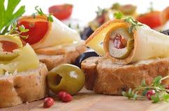 Baguette con la scelta dei formaggi Fotografia Stock