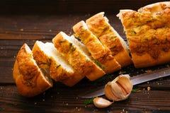 Baguette cortado con ajo y queso Imágenes de archivo libres de regalías