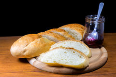 Baguette coupée en tranches avec de la confiture de myrtille Photos libres de droits