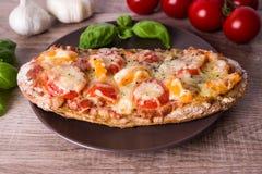 Baguette croccanti della pizza con i pomodori e la paprica Fotografie Stock Libere da Diritti