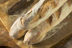 Baguette crujiente hecho en casa del pan francés fotografía de archivo libre de regalías