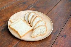 Baguette de pain blanc coupé en tranches et de pain français Image libre de droits