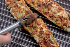 Baguette de pizza de coupe avec du mozzarella, poivron vert, oignon, Tom Photo stock