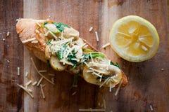 Baguette del fungo con la fetta del limone Immagini Stock