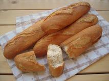 Baguette di pane fresco bianco dal forno Immagini Stock