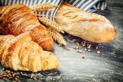 Baguette di recente al forno e croissant nella regolazione rustica fotografia stock