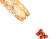 Baguette di recente al forno e pomodori ciliegia Fotografia Stock
