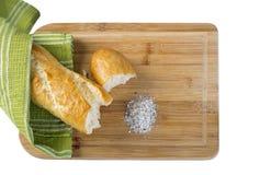 Baguette e farinha longos na placa de corte de madeira Fotografia de Stock