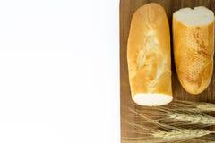 Baguette e grano francesi sul bordo di legno Fotografia Stock Libera da Diritti