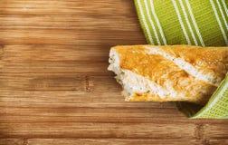 Baguette e toalha de cozinha verde Imagens de Stock