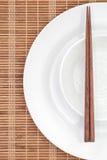 Baguette en céramique blanche de plat et en bois photographie stock libre de droits