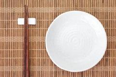 Baguette en céramique blanche de plat et en bois Photo stock