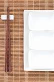 Baguette en céramique blanche de plat et en bois images libres de droits