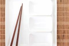 Baguette en céramique blanche de plat et en bois Image libre de droits