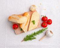 Baguette fraîche avec du beurre et des légumes Image libre de droits