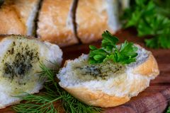 Baguette fraîche avec l'aneth et le persil photos stock