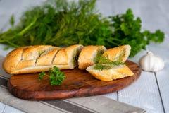 Baguette fraîche avec l'aneth et le persil photos libres de droits