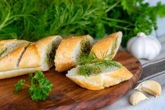 Baguette fraîche avec l'aneth, le persil et l'ail photos libres de droits