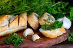 Baguette fraîche avec l'aneth, le persil et l'ail photo stock