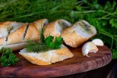 Baguette fraîche avec l'aneth, le persil et l'ail photographie stock