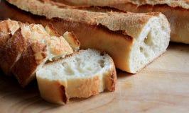 Baguette fraîche coupée en tranches photo libre de droits