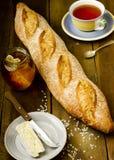 Baguette fraîche faite maison, plat avec du fromage, pot de miel naturel Image libre de droits