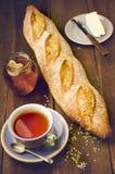 Baguette fraîche faite maison, plat avec du fromage, pot de miel naturel Image stock