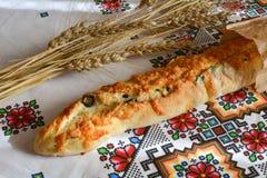 Baguette française avec du fromage et les olives noires Photo libre de droits