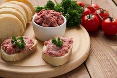 Baguette française avec le pâté fait maison images stock