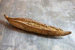 Baguette française traditionnelle, un type de cannelure de ficelle, une version mince avec des graines et grains, sur l'affichage image libre de droits