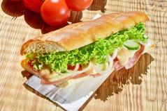 Baguette francés con el jamón y el queso fotografía de archivo libre de regalías