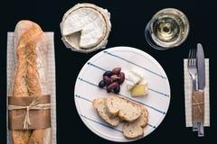 Baguette francés con los aperitivos y el vino Foto de archivo libre de regalías