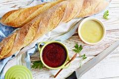 Baguette francés curruscante fresco con la coronilla de hígado de pollo y la mermelada de la baya en un fondo envejecido blanco imagen de archivo