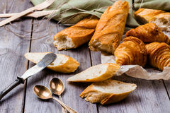Baguette francês com manteiga para o café da manhã Foto de Stock