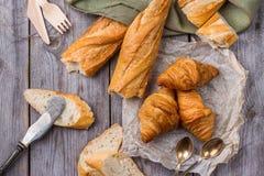 Baguette francês com manteiga para o café da manhã Fotografia de Stock