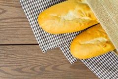 Baguette francesi con il sacco sulla biancheria da tavola Fotografia Stock Libera da Diritti