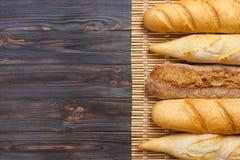 Baguette francesi di recente al forno sulla tavola di legno bianca Vista superiore, spazio della copia immagini stock libere da diritti