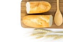 Baguette francesi e cucchiaio vuoto sul bordo di legno Fotografia Stock Libera da Diritti