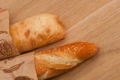 Baguette francesi ed italiane su un bordo di legno Fotografia Stock