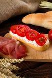Baguette fresco com requeijão e tomates Fotos de Stock Royalty Free