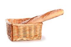 Baguette fresco em uma cesta imagens de stock royalty free