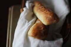 Baguette hecho en casa 2 en una cesta del pan fotografía de archivo
