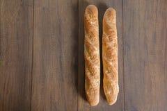 Baguette inteiro da grão da dieta francesa do Baguette na tabela Fotos de Stock Royalty Free