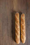 Baguette inteiro da grão da dieta francesa do Baguette na tabela imagens de stock