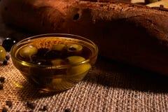 Baguette italiano fresco na tabela de madeira com ?leo Foco seletivo e macio fotos de stock royalty free