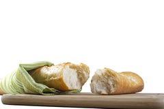 Baguette longo quebrado em partes no fundo branco Imagens de Stock