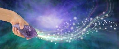 Baguette magique massive d'améthyste avec de la belle énergie image libre de droits