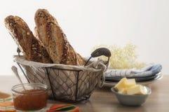 Baguette met zaden bij lijst met boter Royalty-vrije Stock Foto
