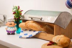 Baguette, trovantesi in un breadbox fotografie stock libere da diritti